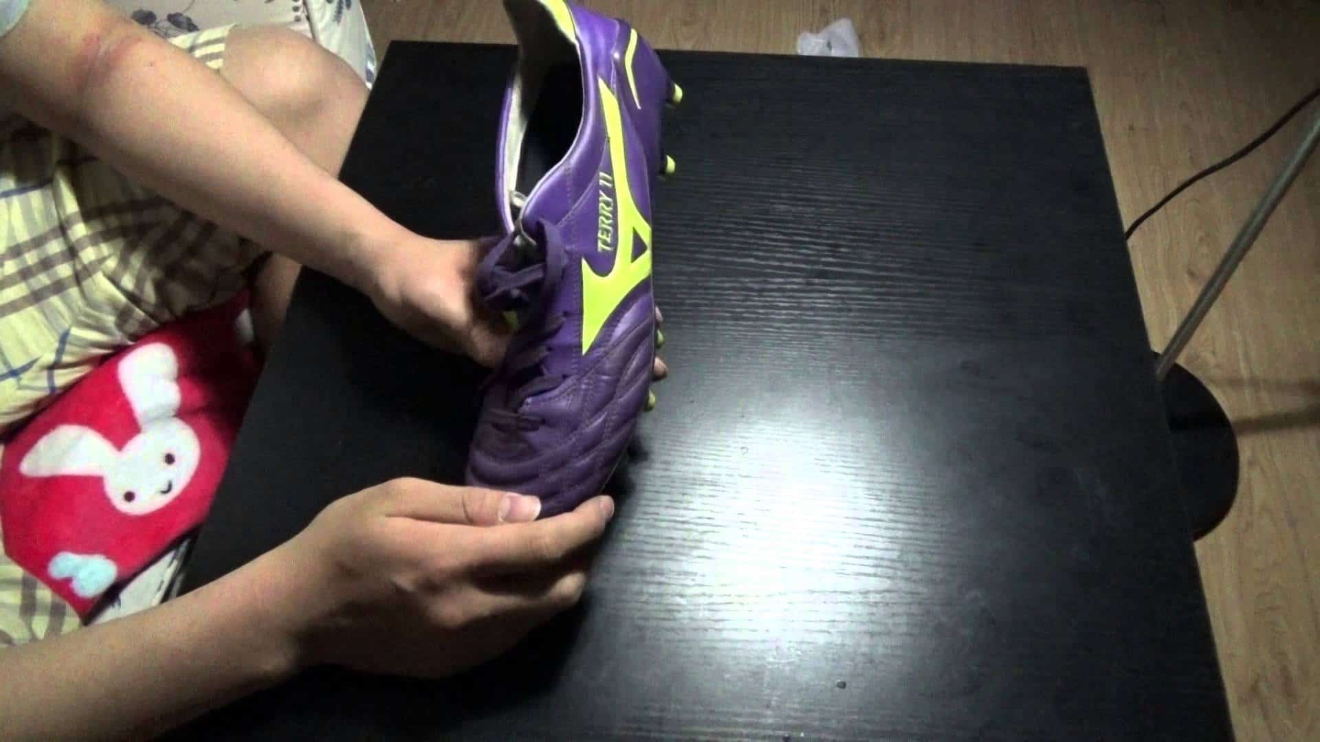 how to stretch sneakers